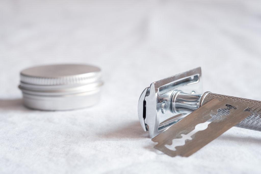 Rasierseife in einer Aluminiumdose und Rasierer