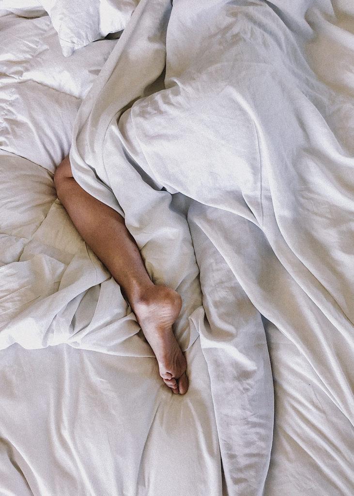Um unreine Haut zu bekämpfen, sollten wir genügend schlafen.