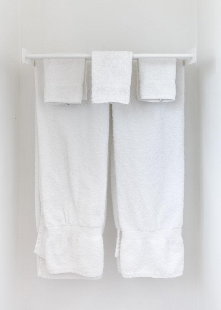 Auf Handtüchern sammeln sich Bakterien und Keime, die unreine Haut verursachen können.