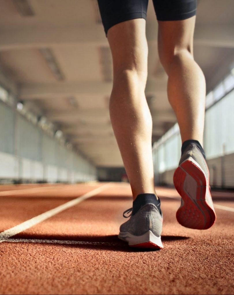 Frau laeuft in Sporthalle nach slow aging